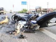 Ngày mới - Thoát chết dưới gầm xe tải, thanh niên bỏ luôn xe máy