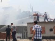 Tin trong nước - Cháy lớn tại dãy nhà dưới chân chung cư Khánh Hội