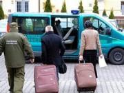 Tin tức - Chồng giấu vợ trong vali đi du lịch khắp châu Âu