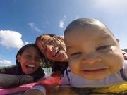 """Làm mẹ - Bé 9 tháng được bố cho chơi lướt sóng gây """"sốc"""""""