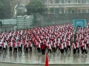Tin tức - TQ: Bắt học sinh đội mưa đón đoàn thanh tra