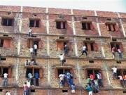 """Làm mẹ - Phụ huynh trèo tường ném """"phao"""" cho con ở Ấn Độ"""