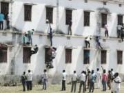 Giáo dục - Ấn Độ: 'Người nhện' trèo tường ném phao cho thí sinh