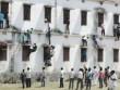 Tin tức - Ấn Độ: 'Người nhện' trèo tường ném phao cho thí sinh