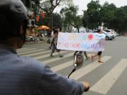 Tin tức - Học sinh tiểu học xuống đường kêu gọi 'không vượt đèn đỏ'