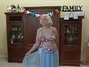Xem & Đọc - Cụ bà 100 tuổi vẫn say mê múa bụng