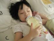"""Làm mẹ - Lý do vừa nằm vừa ăn sữa có thể """"lấy mạng"""" con"""