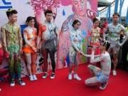 Tình yêu - Giới tính - 10 cặp đôi khỏa thân tham gia đám cưới tập thể
