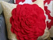 Nhà đẹp - Tự làm gối hoa hồng trang trí phòng khách