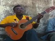 Clip Eva - Kinh ngạc xem nghệ sĩ đường phố chơi guitar một dây