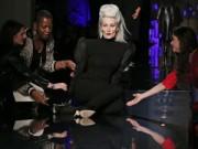Thời trang - Người mẫu 56 tuổi bốn lần ngã trên sàn catwalk