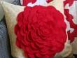 Tin tức nhà đẹp - Tự làm gối hoa hồng trang trí phòng khách