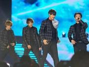 EXO đội nón lá fan tặng trong concert Music Bank