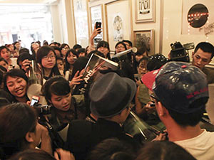Vũ Cát Tường gây tắc đường do họp fan