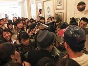 Làng sao - Vũ Cát Tường gây tắc đường do họp fan