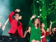 Làng sao - Nguyên Khang săn sóc Mỹ Tâm trong đêm nhạc chào năm mới