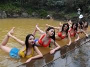 Làm đẹp - Dàn mỹ nhân diện bikini tập yoga dưới nước lạnh giữa trời đông