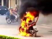 Clip Eva - Bị cảnh sát bắt lỗi vi phạm, người đàn ông mang bật lửa đốt xe
