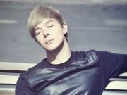 """Làng sao - Nathan Lee diện đồ hiệu """"khủng"""" phơi nắng chụp hình"""