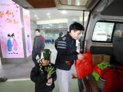 Tin tức - Cảm động chuyến xe chở bệnh nhi nghèo về quê ăn Tết