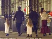 Làng sao - Harper Beckham khoe tóc mây đi chơi cùng bố mẹ