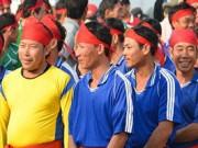 Hơn 5.000 người chen nhau xem lễ hội đua thuyền đầu năm mới