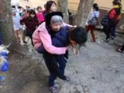 Xúc động con dâu cõng mẹ chồng đi lễ chùa Hương