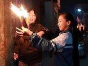 Độc đáo lễ hội chạy 'rước lửa' về nhà lấy may ở Hà Nội