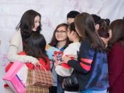 Làng sao - Chi Pu được tặng vịt quay, thuốc bổ trong ngày họp fan
