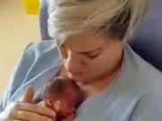 Bà bầu - Khoảnh khắc rơi lệ của mẹ lần đầu ôm con sinh non