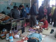 Người nhà ngơ ngác, bệnh nhân nằm đất chờ giờ tăng viện phí