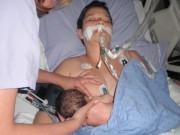 Cảm động hình ảnh mẹ nằm bất động vẫn cho con bú