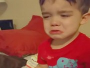 """Bé khóc không chịu ăn vì """"Bữa tối quá dễ thương"""""""