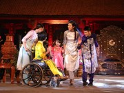 Thời trang - Ngọc Hân trình diễn áo dài cùng người khuyết tật