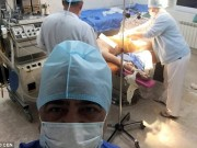 Bà bầu - Bác sĩ bị 'ném đá' vì chụp ảnh tự sướng khi sản phụ sinh con