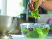 Bếp Eva - Thực hư về quan điểm sai lầm khi ngâm rau quả vào nước muối