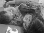 Mẹ bị thương máu chảy đầm đìa vẫn cho con bú trên giường bệnh