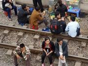 Rùng mình cảnh ngồi trên đường ray tàu hỏa chờ khám bệnh