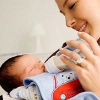 Nôn trớ là hiện tượng thường gặp ở các bé mới sinh. (Ảnh minh họa).