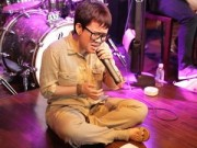Phương Uyên ngồi bệt tập hát vì ốm nặng