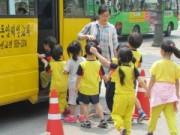 Tin tức - Bé 6 tuổi tử vong vì rơi ra khỏi xe đưa đón học sinh