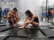 Eva Yêu - Bức xúc với cặp đôi mặc bikini tắm trước đài phun nước