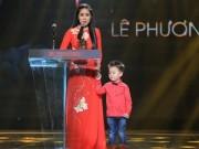 """Làng sao - Con trai Lê Phương lên sân khấu """"ẳm"""" giải cùng mẹ"""