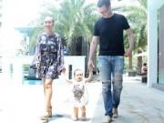 """Làng sao - Con gái Đoan Trang """"đội nắng"""" tập đi bên bố mẹ"""