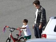 Flynn ngộ nghĩnh tự đạp xe bên bố Orlando Bloom