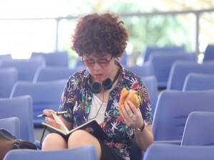 Tiên Tiên ăn vội bánh mỳ trên sàn tập Bài hát yêu thích