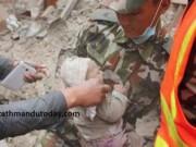 Bé 4 tháng tuổi sống sót thần kỳ dưới đống đổ nát Nepal