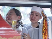 Mẹ và vợ khóc ngất bên linh cữu của Duy Nhân