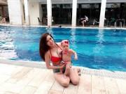 Làm mẹ - Hotgirl Mai Thỏ mách kinh nghiệm cho con sơ sinh tập bơi