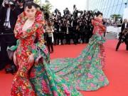 Sao Hoa ngữ mặc váy  & quot;chăn công & quot; lên thảm đỏ Cannes